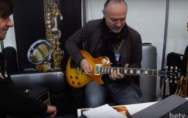 Coda Music. Юрій Товстоган тестує гітари на стенді. Музичний ярмарок 2017