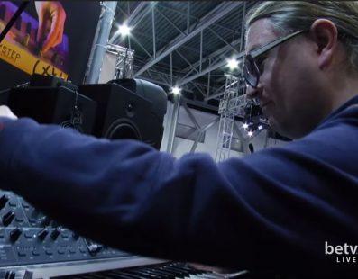 Стас Бобрицький тестує синтезатори. Український музичний ярмарок 2017