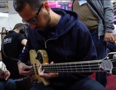 Сергій Радзецький тестує гітари. Український музичний ярмарок 2017
