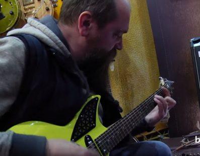 Роман Матчин (НСИ) тестує гітари. Український музичний ярмарок 2017